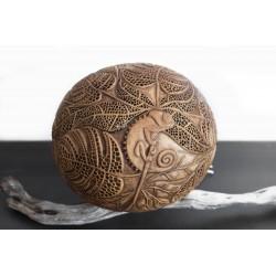 Lampe unique sculptée dans la calebasse au design tropical avec son endormie