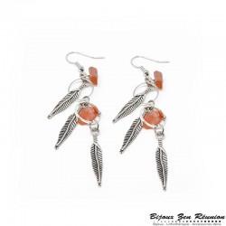 Boucles d'oreilles pendantes en cornaline avec breloques plume - Bijoux zen Réunion